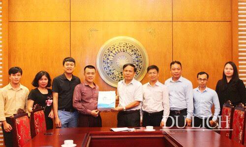 Phó Tổng cục trưởng Tổng cục Du lịch Ngô Hoài Chung tặng quà lưu niệm cho đại diện TikTok Việt Nam