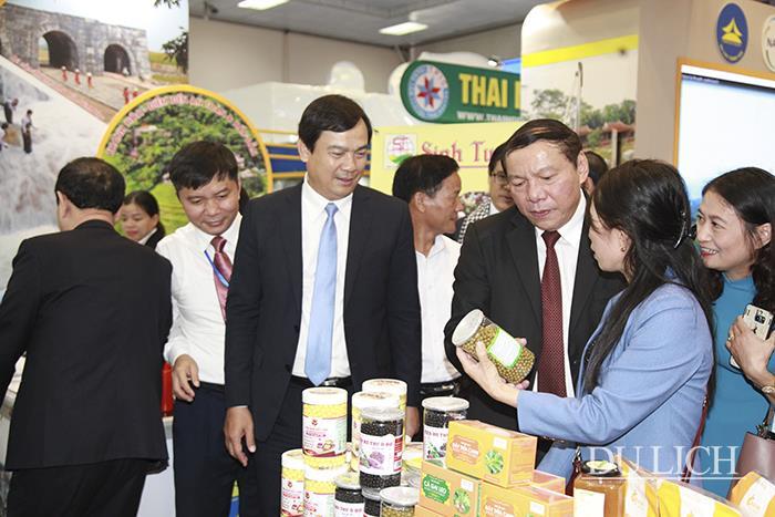 Thứ trưởng Nguyễn Văn Hùng và Tổng cục trưởng TCDL Nguyễn Trùng Khánh thăm gian hàng của các địa phương, doanh nghiệp tham gia hội chợ