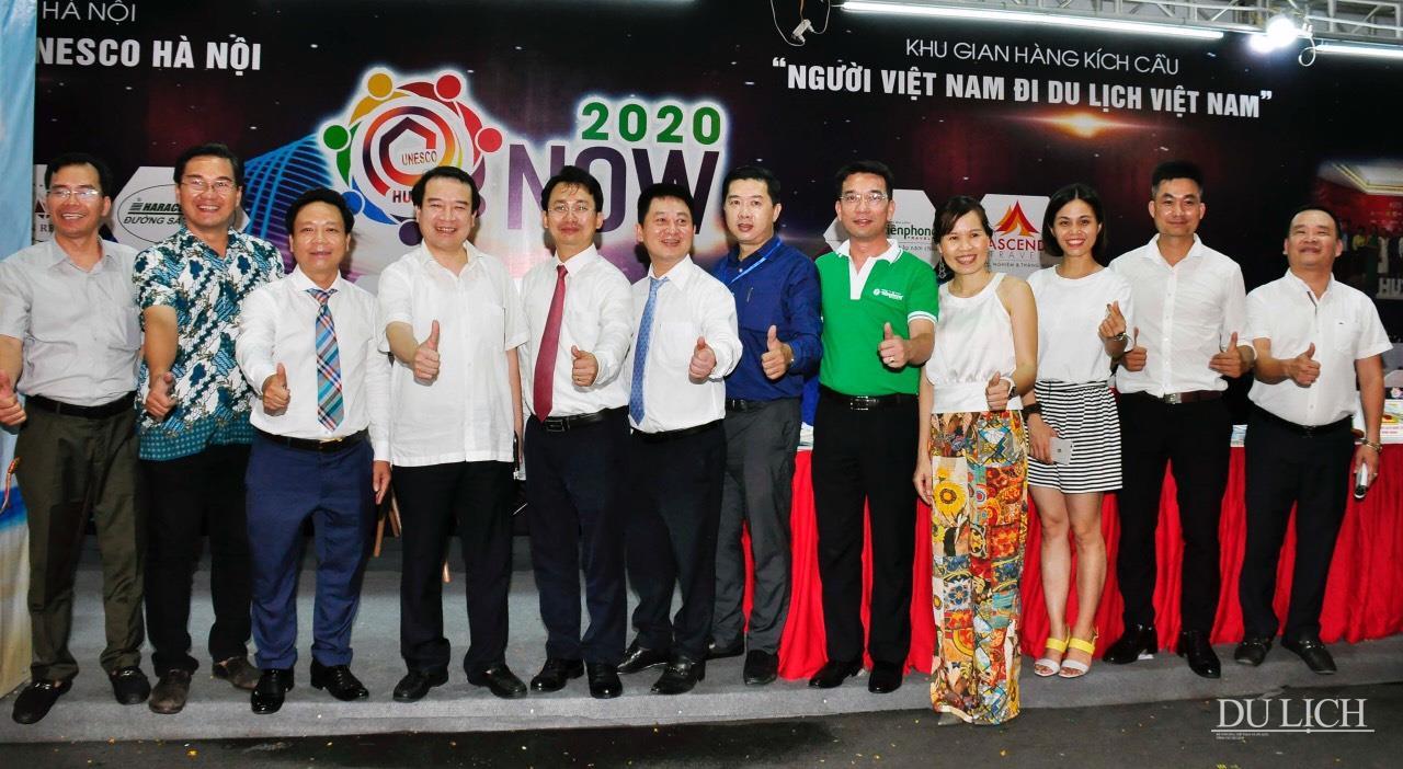 Các đại biểu tham quan và chụp ảnh lưu niệm tại chuỗi 21 gian hàng của CLB Lữ hành UNESCO Hà Nội