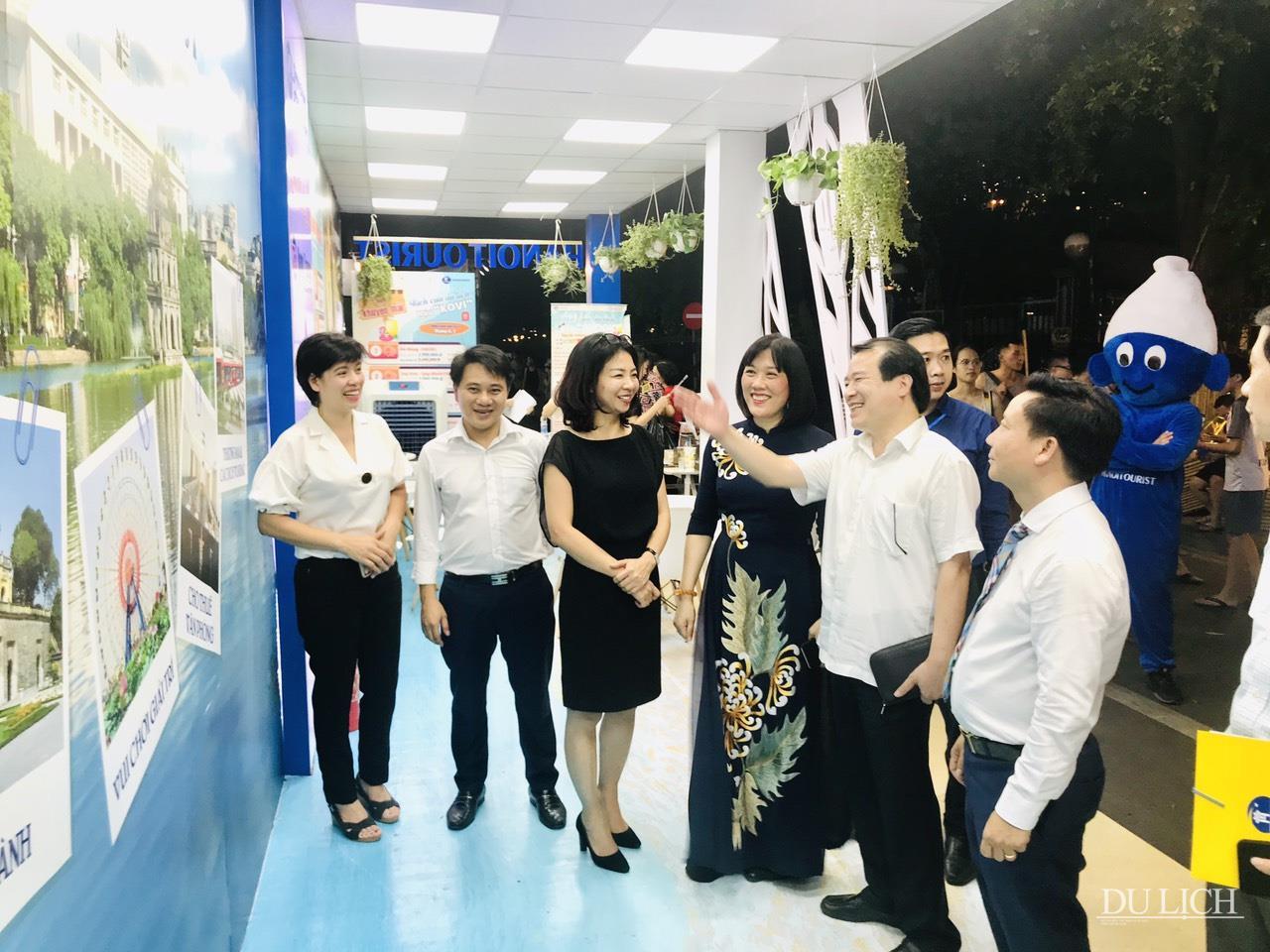 Phó Tổng cục trưởng TCDL Hà Văn Siêu cùng các đại biểu tham quan gian hàng của Hanoitourist