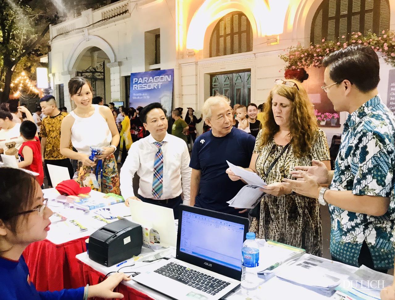 Các sản phẩm kích cầu du lịch đa dạng thu hút sự quan tâm của nhiều du khách quốc tế đang có mặt tại Thủ đô