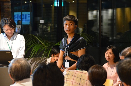 Mr. Briu Thuong (standing) introduces Cotu culture to Japanese